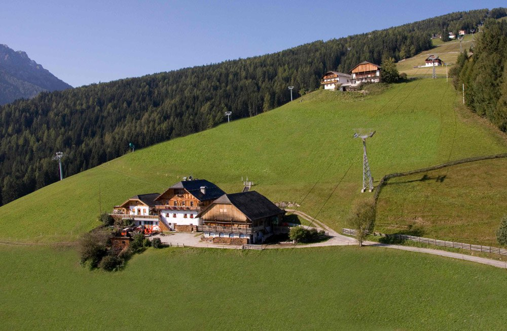 From the farm Niedereggerhof in Valdaora/Sorafurcia directly on the ski slopes or into the hiking area